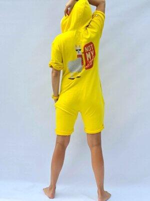 Желтый короткий комбинезон Not my Problalma с ламой принтом на спине бренд THE ONE